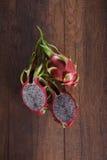 Dragon Fruits dulce en un de madera Imagenes de archivo