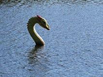 Dragon Head verde e vermelho na superfície da água fotografia de stock royalty free