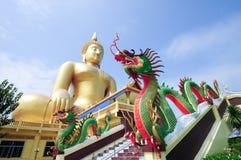 Dragon jumeau et plus grand Bouddha en Thaïlande images stock