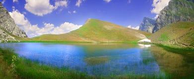 Dragon Lake em uma altura de 2000 medidores imagem de stock