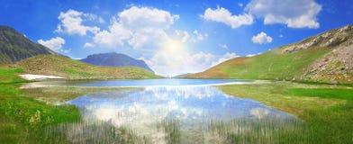 Dragon Lake en una altitud de 2000 metros en la cordillera de Pindus - Grecia imagen de archivo libre de regalías