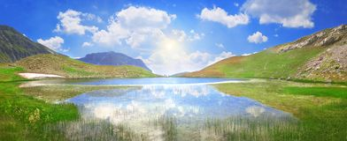 Dragon Lake på en höjd av 2000 meter i Pindus bergskedja - Grekland royaltyfri bild