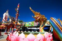 Dragon ou statue thaïlandais de Naga et de Guanyin Image libre de droits
