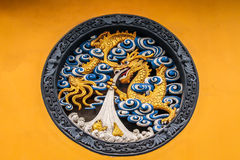 Dragon Panel de madera en Jing An Tranquility Temple - Shangai, China Foto de archivo