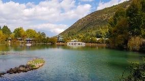 Dragon Pool preto em Jade Spring Park, Lijiang, Yunnan, China imagens de stock