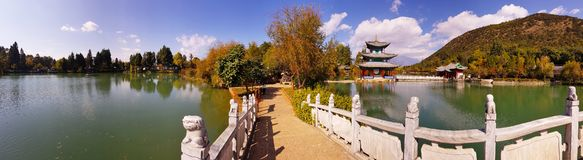 Dragon Pool preto em Jade Spring Park, Lijiang, Yunnan, China foto de stock