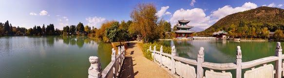 Dragon Pool preto em Jade Spring Park, Lijiang, Yunnan, China foto de stock