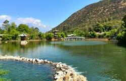 Dragon Pool preto idílico com Jade Dragon Mountain nevado fotografia de stock
