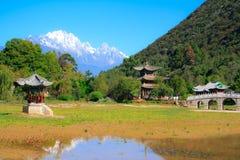 Dragon Pool preto. Lijiang. China. imagens de stock