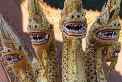 Dragon Quintet Sculpture à une entrée de temple de voisinage, Chiang Mai, Thaïlande photographie stock libre de droits