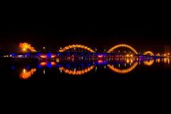 Dragon River Bridge bij nacht Royalty-vrije Stock Afbeeldingen