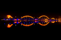 Dragon River Bridge la nuit Images libres de droits