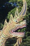 Dragon Sculpture em uma entrada do templo da vizinhança, Chiang Mai, Tailândia fotografia de stock