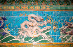 Dragon sculpture. The Nine-Dragon Wall (Jiulongbi) at Beihai par Stock Images