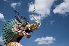 Dragon Statue con il cielo nuvoloso blu fotografia stock libera da diritti