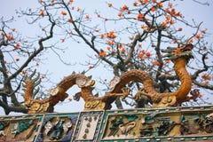 Dragon sur le toit Photographie stock libre de droits