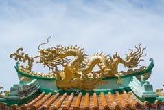 Dragon sur le toit images libres de droits