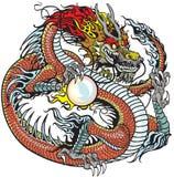 Dragon tenant la perle Photo stock
