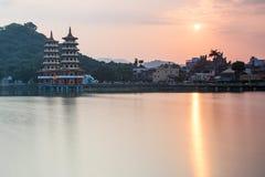 Dragon And Tiger Pagodas bij zonsondergang, in Lotus-vijver, Kaohsiung, Taiwan royalty-vrije stock fotografie