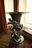 Dragon Vase bronzeo in una bella casa di campagna vicino a Leeds West Yorkshire che non è una proprietà di fiducia nazionale Fotografia Stock Libera da Diritti