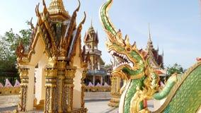Dragon vert dans la cour orientale de temple Statue de dragon vert située dans la cour du tombeau asiatique traditionnel le jour  clips vidéos