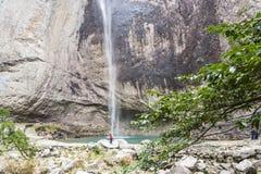 Dragon Waterfall y la muchacha grandes Imágenes de archivo libres de regalías