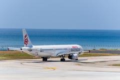 Dragonair roulent au sol pour décollent à l'aéroport de phuket Photographie stock