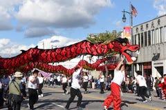 Dragones chinos, el símbolo de la energía de la ji y buena fortuna, en Dragon Parade de oro, celebrando el Año Nuevo chino imagenes de archivo