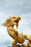 Dragones en el templo con el cielo Imagenes de archivo