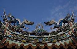 Dragones en la azotea del templo imagen de archivo