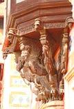 Dragones que sostienen el balcón woodcarving La India Foto de archivo