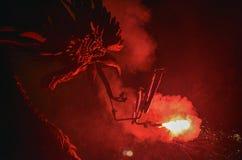Dragones y diablos armados con danza de los fuegos artificiales Fotografía de archivo libre de regalías