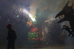 Dragones y diablos armados con danza de los fuegos artificiales Fotos de archivo libres de regalías