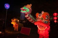 Dragones y león de la iluminación en Año Nuevo chino Foto de archivo libre de regalías