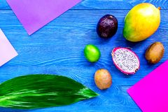 Dragonfruit, mangoustan, mangue, kiwi et chaux exotiques de fruits sur b Images stock