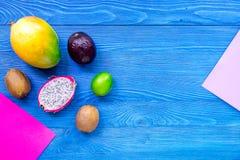 Dragonfruit, mangoustan, mangue, kiwi et chaux exotiques de fruits sur le copyspace en bois bleu de vue supérieure de fond Photographie stock