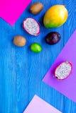 Dragonfruit, mangoustan, mangue, kiwi et chaux exotiques de fruits sur le copyspace en bois bleu de vue supérieure de fond Photo stock