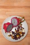 Dragonfruit med muttrar Arkivfoton