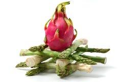 Dragonfruit sur l'asperge Photographie stock libre de droits