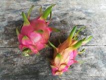 Dragonfruit sur le conseil en bois Photographie stock