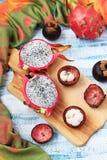 Dragonfruit und Mangostanfrucht auf einem blauen Hintergrund, Draufsicht lizenzfreie stockfotografie