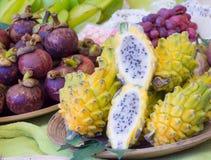 Dragonfruits exóticos en el mercado Fotos de archivo