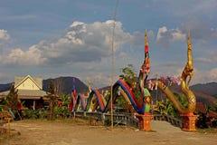 Dragons gardant le pont au temple en Thaïlande Photographie stock libre de droits