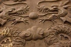 Dragons jumeaux dans l'allégement en pierre Photographie stock