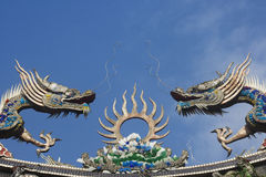 Dragons sur le toit de temple photo stock