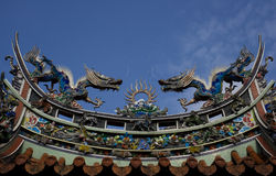 Dragons sur le toit de temple image stock