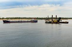 Dragowanie platforma i ładunku statek Zdjęcie Stock