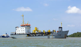 Dragowanie statku rzeka Fotografia Stock