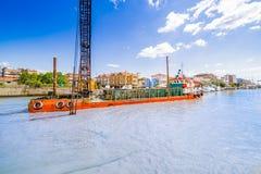 Dragowanie w portu kanale Fotografia Stock