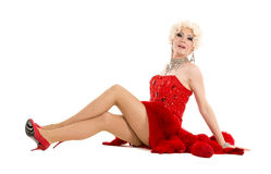 Dragqueen im roten Kleid mit dem Pelz, der auf dem Boden liegt Stockbilder